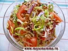 Салат из копченой колбасы, сыра, помидора, огурца, лука порея и грецкого ореха