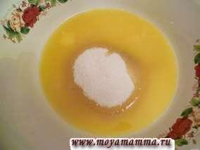 Сахар смешать с размягченным сливочным маслом (можно с растопленным).
