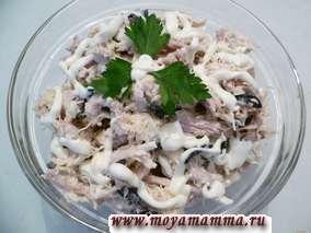 Закусочный салат из филе курицы, маслин, сыра и яйца