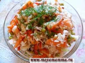 Салат с вареным филе курицы с помидорами, перцем, яблоком, зеленым горошком, луком и укропом