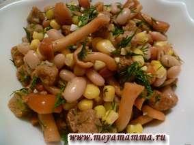 Салат из соленых грибов, кукурузы, фасоли, сухариков, укропа и чеснока