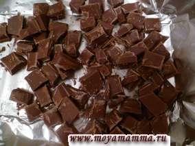 Плитку молочного шоколада разделить на небольшие кусочки и добавить в тесто, размешать.