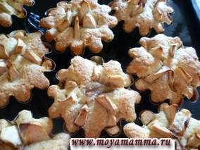 испеченные кексики с яблоками и корицей