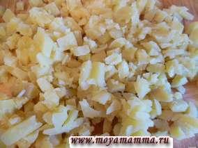 Вареный картофель мелко порезать.
