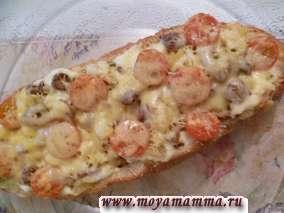 Запеченный батон с начинкой из грибов, картофеля, лука, помидоров и сыра, запеченный в духовке