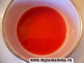Разделить желатин растворенный в воде на две части.