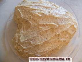 Соединяем обе половины торта и наносим крем на верх торта и по боковым сторонам.