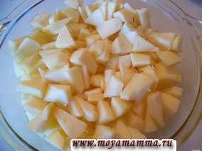 Яблоки очистить от кожуры и сердцевины, порезать кусочками, сложить в посуду для микроволновки