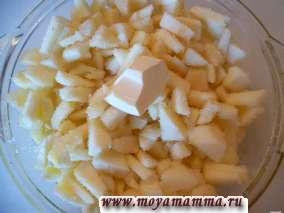 Добавить к яблокам сливочное масло. Яблоки готовим в микроволновке в течение 10 минут.