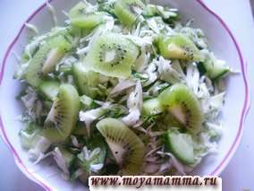 Салат из свежей капусты, укропа, петрушки, огурца и киви