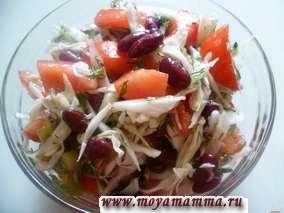 Постный салат из фасоли, помидоров, киви, капусты с чесноком и укропом