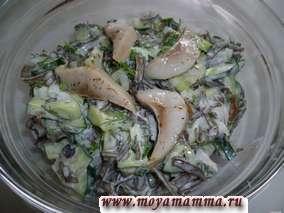 Салат рыбный с морской капустой, свежим огурцом, луком, укропом