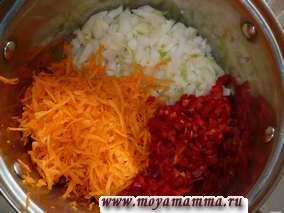 Лук и сладкий перец мелко порезать, морковь натереть на средней или крупной терке.