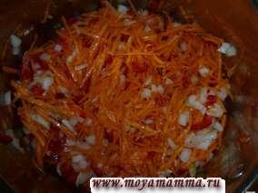 Лук, морковь и перец смешиваем и тушим в кастрюле в растительном масле в течение 10 минут.