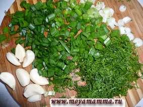 Зелень мелко порезать и добавить к овощам вместе с чесноком мелко порезанным либо пропущенным через чеснокодавку.