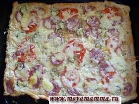 Ставим пиццу снова в духовку на 3-5 минут. За это время сыр расплавится. Пицца готова.