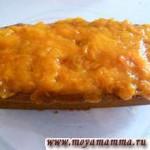 Остывший кекс достать из формы. Нанести сверху на кекс абрикосовое варенье.