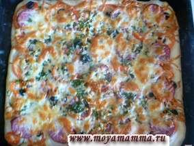 Пицца из дрожжевого теста с колбасой