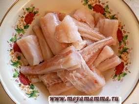 Рыбу разделать на филе и порезать на куски.