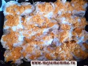 Рецепт приготовления рыбы трески в духовке. Морковь натереть на средней терке и разложить сверху на рыбу.