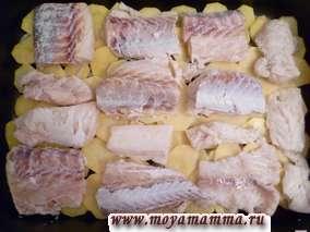 Филе рыбы порезать крупными кусочками, посолить и разложить на картофель в форму для запекания.