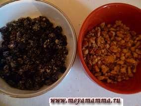 Изюм и грецкий орех промыть и просушить.