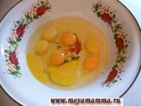 Как приготовить обычный омлет из яиц и молока так, чтобы он получился пышным и вкусным? Предлагаем простой рецепт приготовления обычного омлета в духовке. Для этого предварительно разогреваем духовку до 180 градусов. Затем уже выпускаем яйца в миску, добавляем соль и взбиваем.