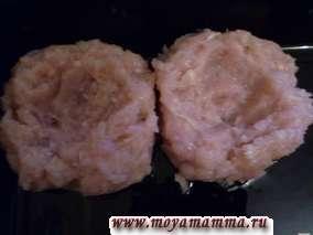 Для куриного фарша филе курицы, лук, капусту пропускаем через мясорубку и тщательно вымешиваем. Затем в куриный фарш добавляем яйцо, соль и перец и все перемешиваем. На смазанный растительным маслом лист для запекания раскладываем комочки фарша столовой ложкой и делаем углубление.