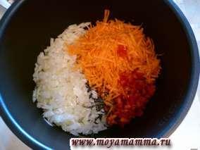 Лук порезать мелко, морковь натереть на крупной терке. Перец порезать мелко. Лук и морковь пассеруем в мультиварке 3-4 минуты. Добавляем перец. Пассеруем еще 2-3 мин.