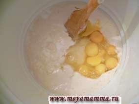 Утром достаем нашу опару из холодильника и замешиваем тесто. Для этого добавляем 3 стакана сахара, пакетик ванилина,10 яиц, 1ч.л. соли, 2 стакана молока, 5 стаканов муки.