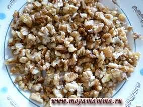 Грецкий орех промыть, просушить и раздробить на небольшие кусочки.