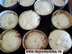 Когда тесто увеличится в объеме до краев формы можно выпекать куличи.