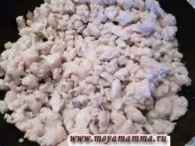 Филе курицы посолить и слегка обжарить в растительном масле.
