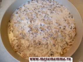 Сметану можно немного разбавить молоком. Заливаем сметаной так, чтобы покрыть мясо с грибами, но не более того.