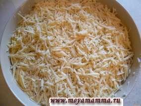 Сверху раскладываем оставшийся тертый сыр. Ставим запекать в нагретую до 180-190 градусов духовку и готовим в течение 30 минут.