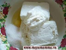 Творог, яйца, соль, сахар перемешать. Добавить 1- 2 столовые ложки сметаны. Сметану добавляем постепенно, чтобы контролировать густоту теста.