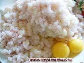 Филе трески, лук, капусту пропустить через мясорубку. Добавить яйца, черный перец, соль по вкусу.