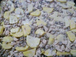 ингредиенты для запеканки, заправленные майонезом