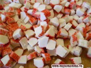 Крабовые палочки порезать маленькими кубиками.