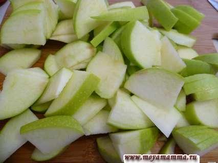 Яблоки порезать тонкими четвертинками.