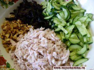 Ингредиенты салата (чернослив, свежий огурец, филе куриной грудки) порезать полосками. Грецкий орех измельчить.