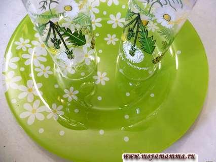 Для укладки салата понадобится плоская тарелка, два узких стакана. На тарелку ставим два стакана так как показано на фото.