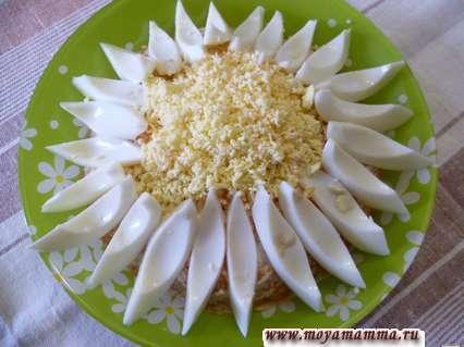 Посыпаем тертым желтком серединку цветка. Украшение салатов ромашка