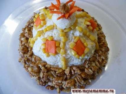 """Кукурузой оформить ромбики из моркови. Нарезать узкие полоски из моркови и оформить сверху шарик. Шапка """"Мономаха"""" готова."""