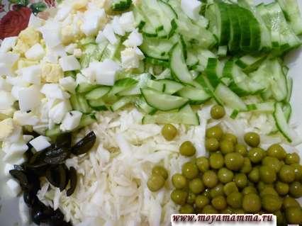 огурцы, яйца, зеленый горошек, капуста