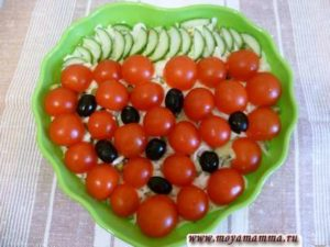 """Украшение овощного салата маслинами, помидорами и огурцами """" Ягодка """""""