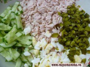Для приготовления салат свежий огурец порезать узкими полосками, маринованный огурчик -маленькими кубиками,филе курицы - маленькими кусочками, яйца порезать тоже мелко.