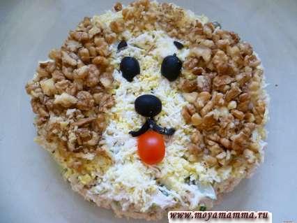 Салат на детский день рождения Собачка из курицы, яиц, огурцов и грецких орехов