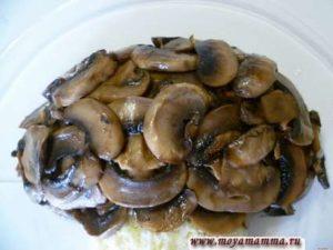 Охлажденные грибы укладываем на шляпку нашего гриба из салата.