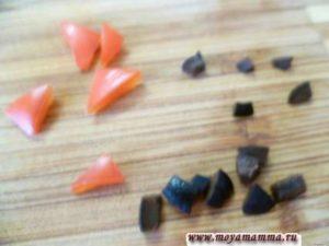 Порезать маслину на мелкие кусочки для оформления глаз птенчиков. Из красного перца вырезать треугольники для оформления носиков птенчиков и гребешки на голову.